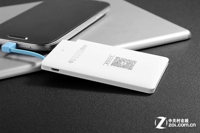自带充电接头   佳的美卡电移动电源背面设计有一个LED指示灯,可以在为移动电源充电的时候显示是否充满。机身上自带一根充电线,可以兼容各类Micro USB接口的数码设备,采用智能充电设计,能自动识别被充电设备,为手机充电更加方便,即插即用。   编辑点评:佳的美卡电移动电源机身超薄,便于使用者携带,内置安全聚合物电芯,拥有标称电芯容量2600毫安时,可以为手机提供安全良好的续航支持,适合与手机电池搭配使用,续航时间更久。侧面内嵌充电线,为设备充电变得更方便。
